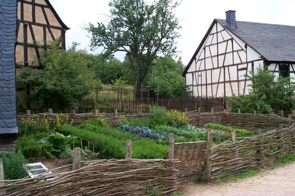 Bauerngarten mit weidenzaun gardomat for Gartengestaltung country