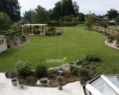 Natürlicher, großer Garten im Nachher-Foto der Umgestaltung