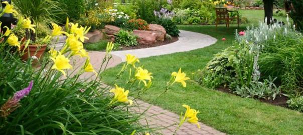 Weg durch Garten entlang von Pflanzflächen