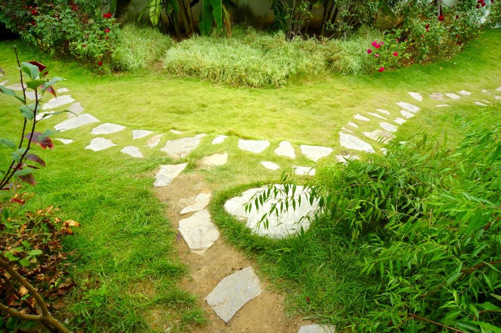 Rasenfläche mit Trittsteine