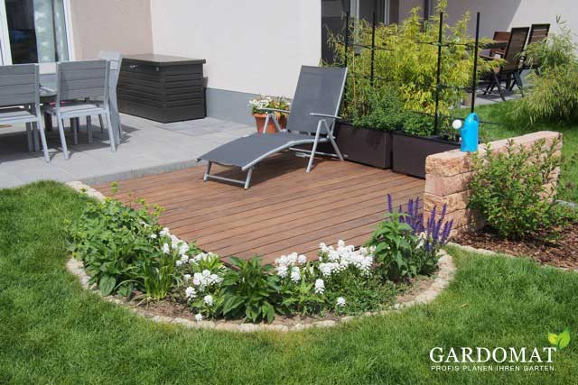 kleiner garten mit holzdeck an terrasse gardomat. Black Bedroom Furniture Sets. Home Design Ideas