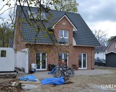 Blick vom Garten auf das Einfamilienhaus vor der Umsetzung