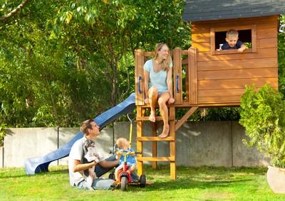 Kleines Kinder-Spielhaus mit Rutsche