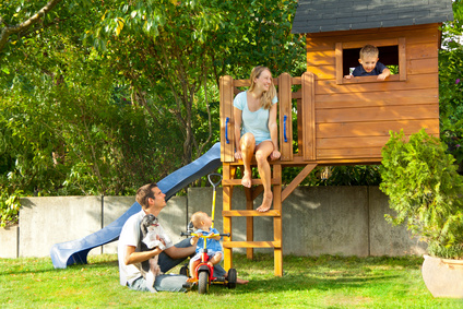 familie am spielplatz im garten gardomat. Black Bedroom Furniture Sets. Home Design Ideas