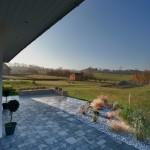 Hellgraue rechteckige Pflastersteine geben der Terrasse ein modernes Aussehen.