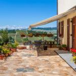mediterrane Terrasse mit Polygonalplatten und Kübelpflanzen
