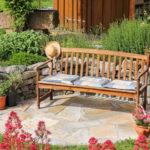 mediterraner Sitzplatz an Natursteinmauer mit Kräuterbeet