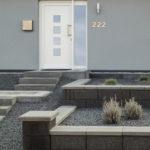 Moderner Vorgarten terrassiert
