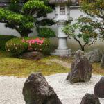 japanischer Garten oder auch Kiesgarten mit Steinlaterne Bonsai Findlingen