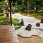 Zengarten oder auch Steingarten mit Bonsai und Grasteppich