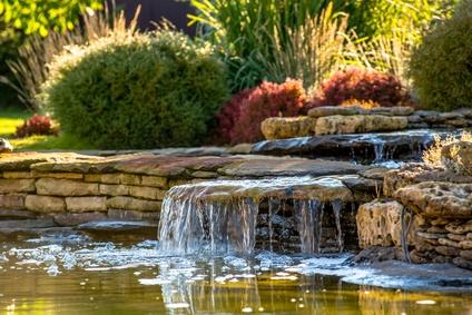kaskadenförmiger Bachlauf in Teich