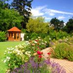 Klassischer Garten: Weg, Stauden, Pavillon