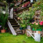 Holztreppe mit viel Bepflanzung