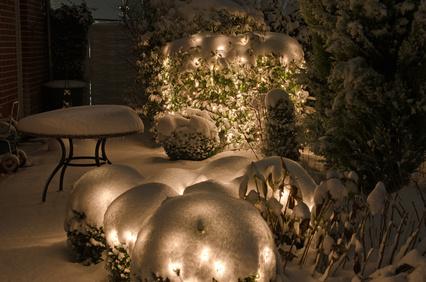 Adventsbeleuchtung mit Schnee im Garten