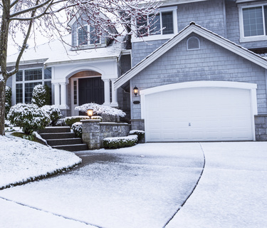 Vorgarten & Einfahrtsbereich im Winter