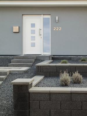 moderner Eingangsbereich terrassiert